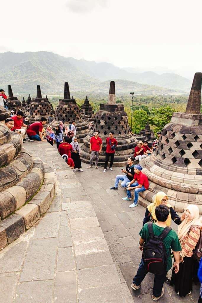 Borobudur met mensenmassa